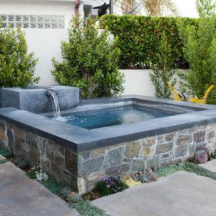 Foto de piscinas y jacuzzis elevados, vintage, de tamaño medio, a medida, en patio trasero, con losas de hormigón