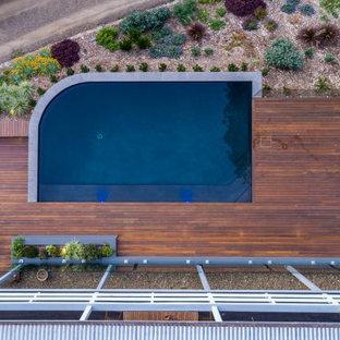 Immagine di una piscina country personalizzata di medie dimensioni e dietro casa con paesaggistica bordo piscina e pedane