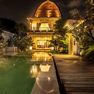 Immagine di un'ampia piscina fuori terra etnica personalizzata dietro casa con una dépendance a bordo piscina e pedane