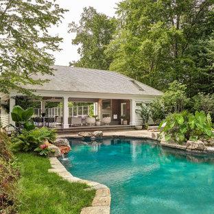 Foto di una piscina naturale tropicale personalizzata con una dépendance a bordo piscina