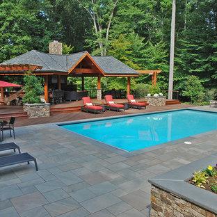 Modelo de casa de la piscina y piscina natural, asiática, grande, rectangular, en patio trasero, con adoquines de piedra natural