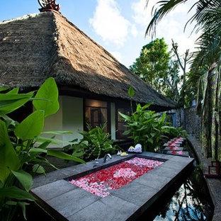 Imagen de piscina con fuente natural, asiática, de tamaño medio, rectangular, en patio trasero