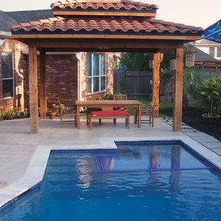 Modelo de casa de la piscina y piscina asiática, pequeña, a medida, en patio trasero, con suelo de hormigón estampado