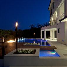 Modern Pool by G2 Studios / Gerard Land Aquatic, Inc.