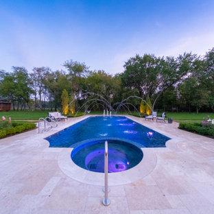 Foto de piscinas y jacuzzis alargados, mediterráneos, de tamaño medio, a medida, en patio trasero, con adoquines de piedra natural