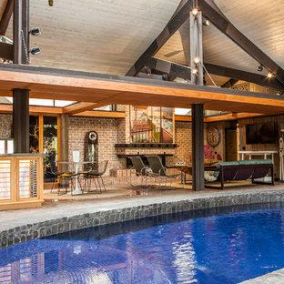 Imagen de piscina con fuente ecléctica, de tamaño medio, tipo riñón y interior, con adoquines de ladrillo