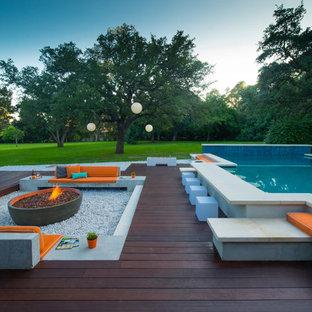 Diseño de piscina actual, a medida, en patio trasero, con entablado