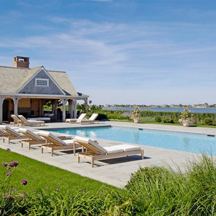 Maritimer Pool in rechteckiger Form mit Poolhaus in New York