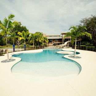 Idee per un'ampia piscina naturale stile marino personalizzata dietro casa con pedane