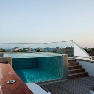 Ejemplo de piscina infinita, minimalista, pequeña, rectangular, en azotea, con entablado