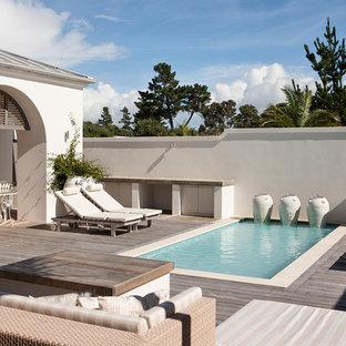 Foto di una piscina costiera rettangolare con pedane