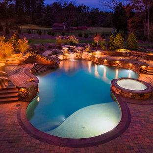 Foto di una piscina chic personalizzata di medie dimensioni e dietro casa con pavimentazioni in mattoni