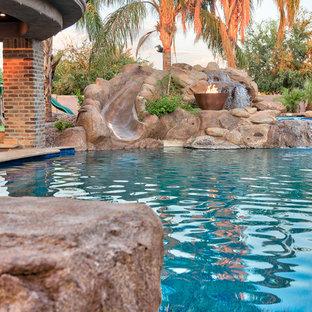 Ejemplo de piscina natural, mediterránea, grande, en patio trasero, con adoquines de piedra natural