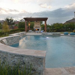 Imagen de piscinas y jacuzzis naturales, tradicionales renovados, grandes, a medida, en patio trasero, con adoquines de piedra natural