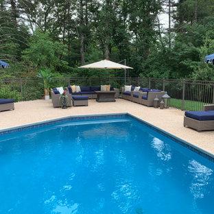 Ejemplo de piscina tradicional renovada, grande, a medida, en patio trasero, con privacidad y entablado