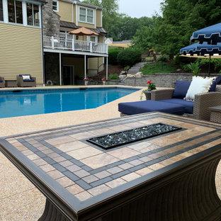 Imagen de piscina tradicional renovada, grande, a medida, en patio trasero, con privacidad y entablado