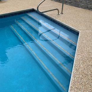 Foto de piscina tradicional renovada, grande, a medida, en patio trasero, con privacidad y entablado