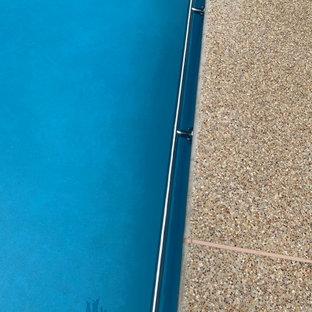 Diseño de piscina tradicional renovada, grande, a medida, en patio trasero, con privacidad y entablado