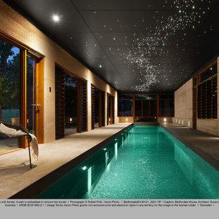 パースの長方形アジアンスタイルのおしゃれな裏庭プール (タイル敷き) の写真