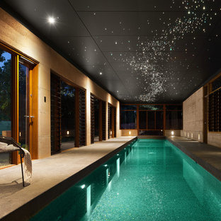 Cette photo montre une piscine intérieure asiatique de taille moyenne et rectangle avec une dalle de béton.