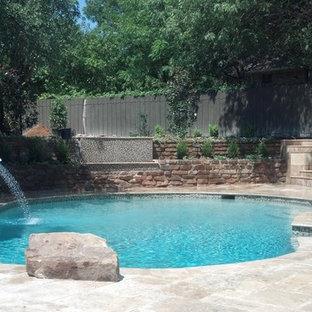 Foto de piscina natural, minimalista, grande, tipo riñón, en patio trasero, con adoquines de piedra natural