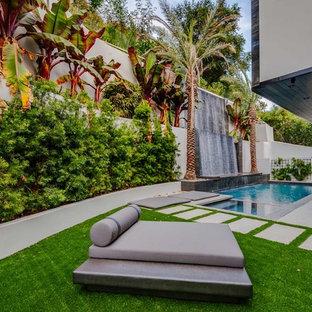 Imagen de piscina con fuente contemporánea, extra grande, en patio trasero, con adoquines de hormigón