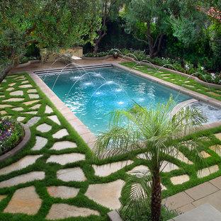 ロサンゼルスの中サイズの長方形地中海スタイルのおしゃれなプール (天然石敷き) の写真