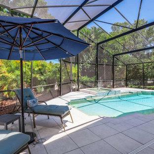 Diseño de piscina marinera, grande, rectangular, en patio trasero, con privacidad