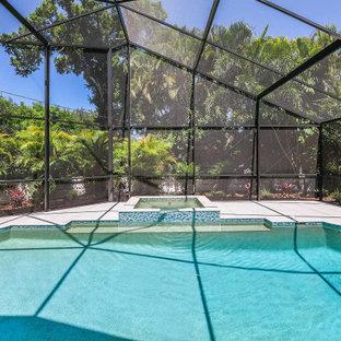 Aménagement d'une grand piscine arrière bord de mer rectangle avec des solutions pour vis-à-vis.