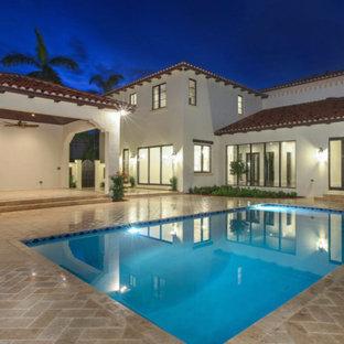 マイアミの中くらいの長方形地中海スタイルのおしゃれなプール (コンクリート敷き) の写真