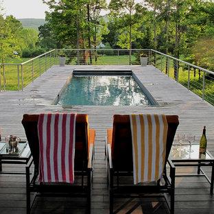 Aménagement d'une piscine sur une terrasse en bois contemporaine.