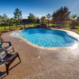 Ispirazione per una piscina stile rurale personalizzata di medie dimensioni e dietro casa con pedane