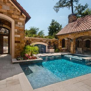 Diseño de piscina con fuente mediterránea, pequeña, rectangular, en patio, con suelo de baldosas