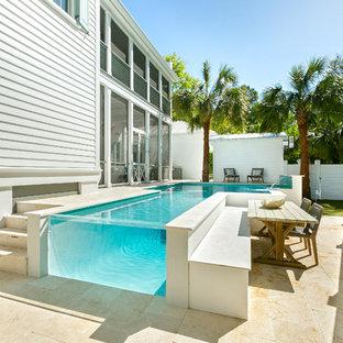 Foto de piscina con fuente elevada, costera, a medida, en patio trasero, con suelo de baldosas