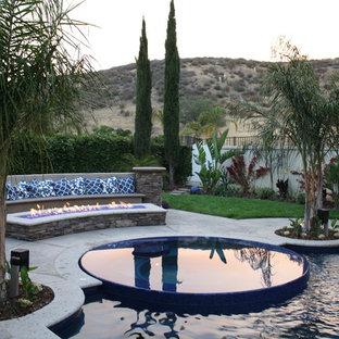 Großer Mediterraner Pool in individueller Form mit Stempelbeton in Los Angeles