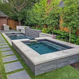 Kleiner Moderner Pool hinter dem Haus in Dallas