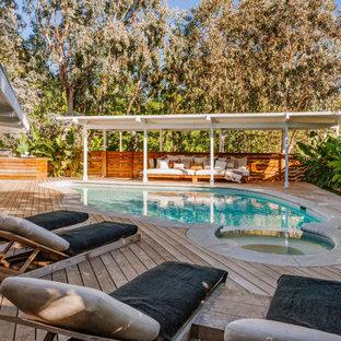 Foto de piscinas y jacuzzis vintage, grandes, a medida, en patio trasero, con entablado