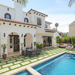 ロサンゼルスの中くらいの長方形地中海スタイルのおしゃれな裏庭プール (天然石敷き) の写真