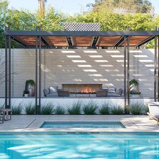 Modelo de casa de la piscina y piscina contemporánea, extra grande, rectangular, en patio trasero, con adoquines de hormigón