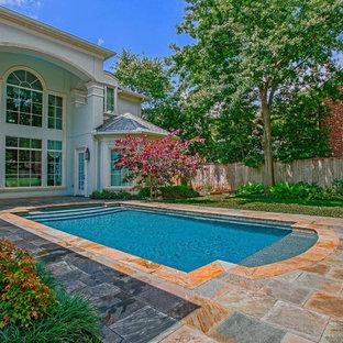 Foto de piscina contemporánea, de tamaño medio, rectangular, en patio, con adoquines de piedra natural