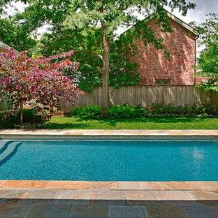 Ejemplo de piscina contemporánea, de tamaño medio, rectangular, en patio, con adoquines de piedra natural
