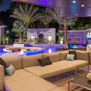 Foto de piscina con fuente minimalista, de tamaño medio, a medida, en patio trasero, con adoquines de piedra natural
