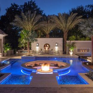 Foto de piscina minimalista, grande, a medida, en patio trasero, con adoquines de piedra natural