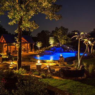 Modelo de casa de la piscina y piscina clásica, de tamaño medio, a medida, en patio trasero, con adoquines de piedra natural