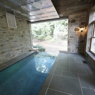 Foto de piscina infinita, rural, de tamaño medio, interior y rectangular, con suelo de baldosas