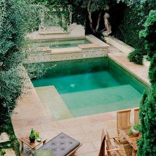 Diseño de piscinas y jacuzzis tradicionales, pequeños, rectangulares, en patio trasero, con adoquines de hormigón
