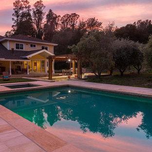 Imagen de piscinas y jacuzzis tradicionales, grandes, rectangulares, en patio trasero, con suelo de baldosas