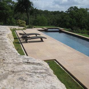 Diseño de piscina alargada contemporánea