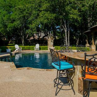 Diseño de casa de la piscina y piscina natural, minimalista, de tamaño medio, a medida, en patio trasero, con gravilla