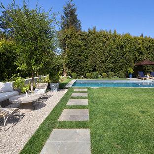 Diseño de piscinas y jacuzzis naturales, tradicionales, grandes, rectangulares, en patio trasero, con gravilla